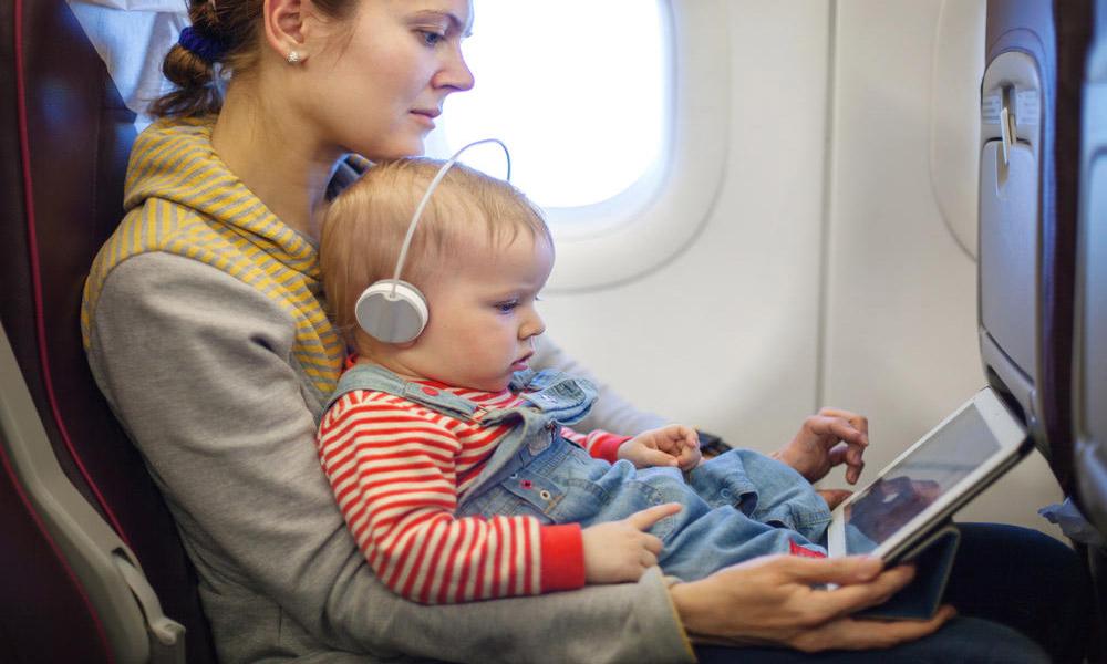 تجربه سفر هوایی با کودک؛ راهکارهایی برای یک پرواز آرام