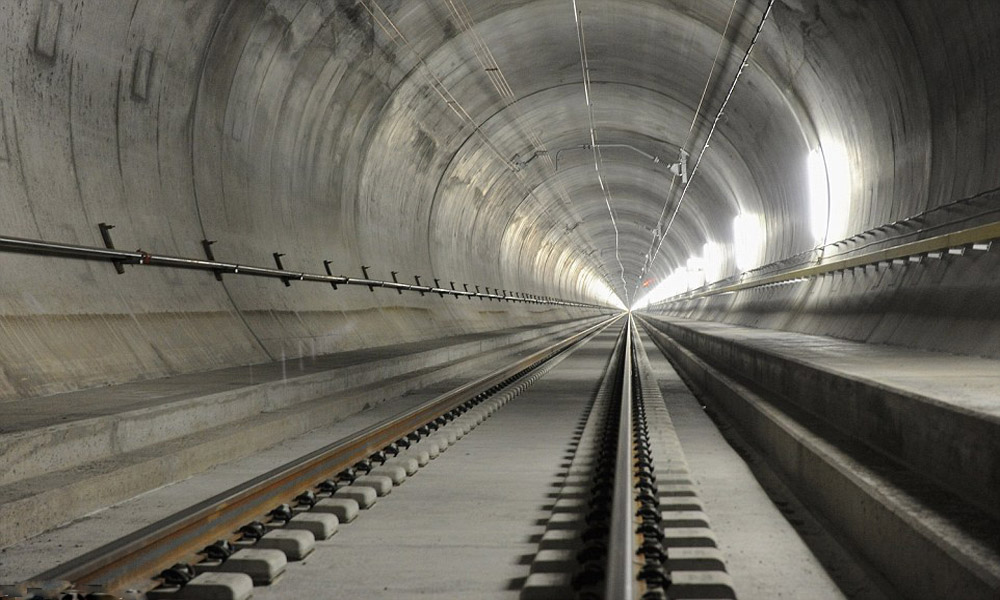 قطارهایی که از دل عجیب ترین مکان های جهان می گذرند