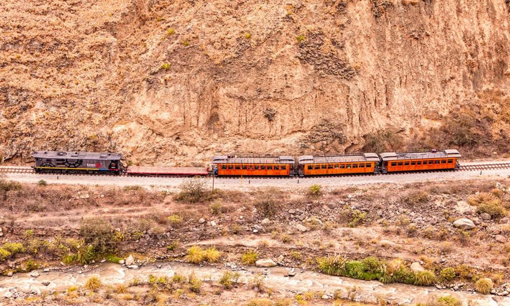 تجربه هیجان با عبور از ترسناک ترین ریل های دنیا